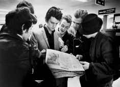 Kosmo Vinyl with The Clash (Airport, Somewhere, USA) - © Bob Gruen